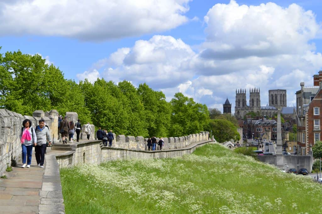 Toeristen wandelen op de oude stadsmuur van York, Engeland